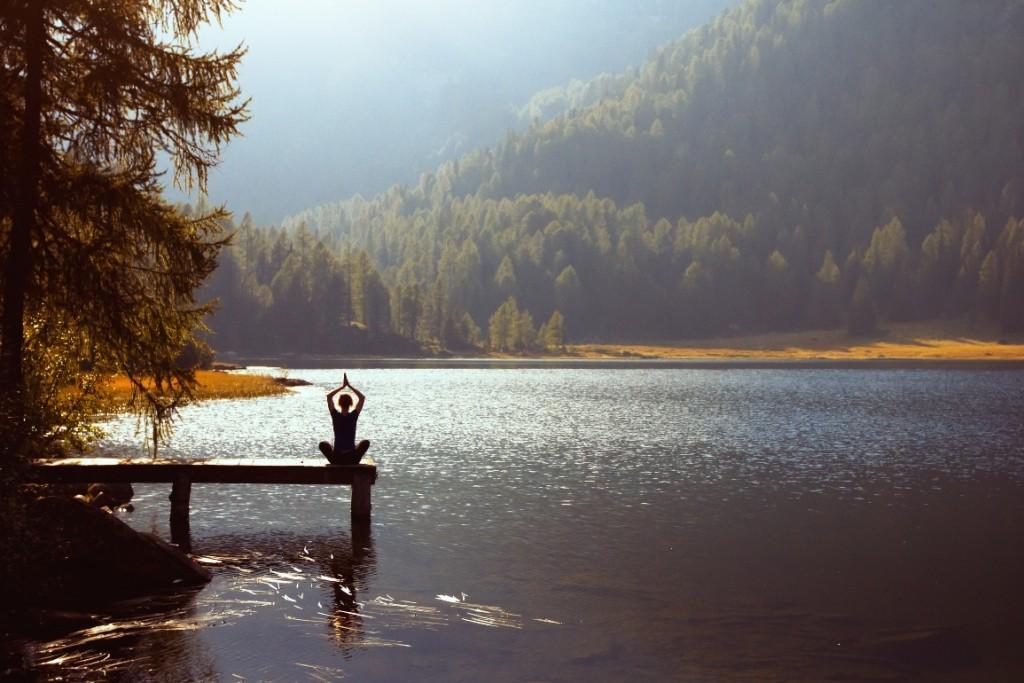 Yoga in traumhafter einsamer Natur