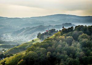 Traumhafte Aussicht auf Berge und Täler in Slowenien