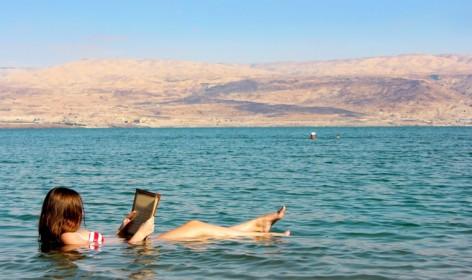 Zeitunglesen auf dem Toten Meer