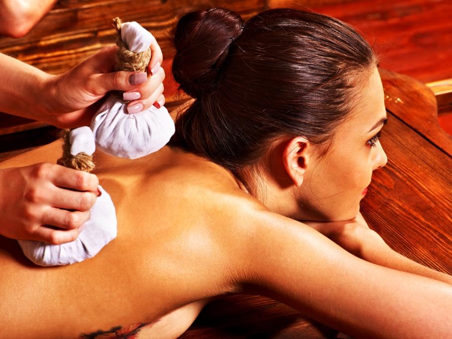 Ayurveda Massage mit Kräuterstempeln