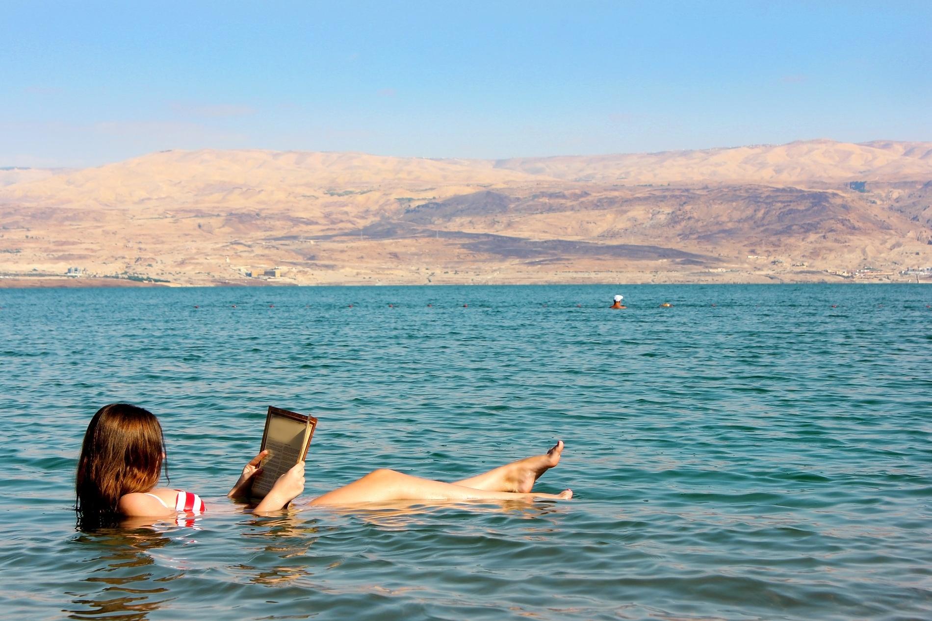 Schwebend im Toten Meer