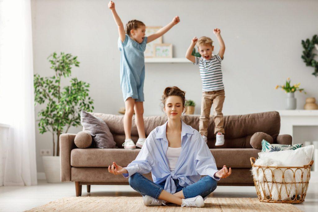 Frau meditiert zuhause