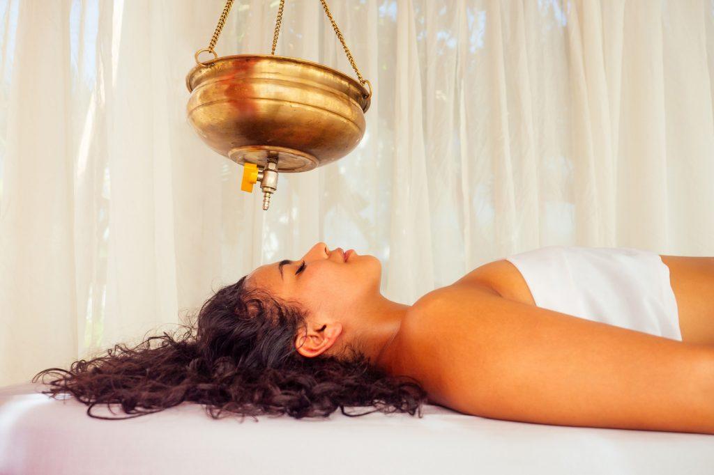 Klassische Ayurveda Shirodhara Behandlung - Ayurveda gegen Migräne