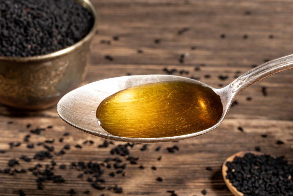 Ein Esslöffel Pflanzenöl zum Ölziehen.