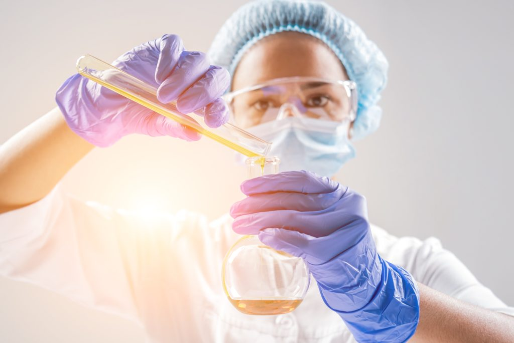 Wissenschaftlerin untersucht ein pflanzliches Öl.